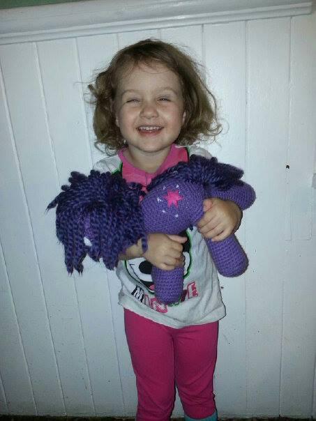 Free Crochet Little Pony Hat - thefriendlyredfox.com | 604x453
