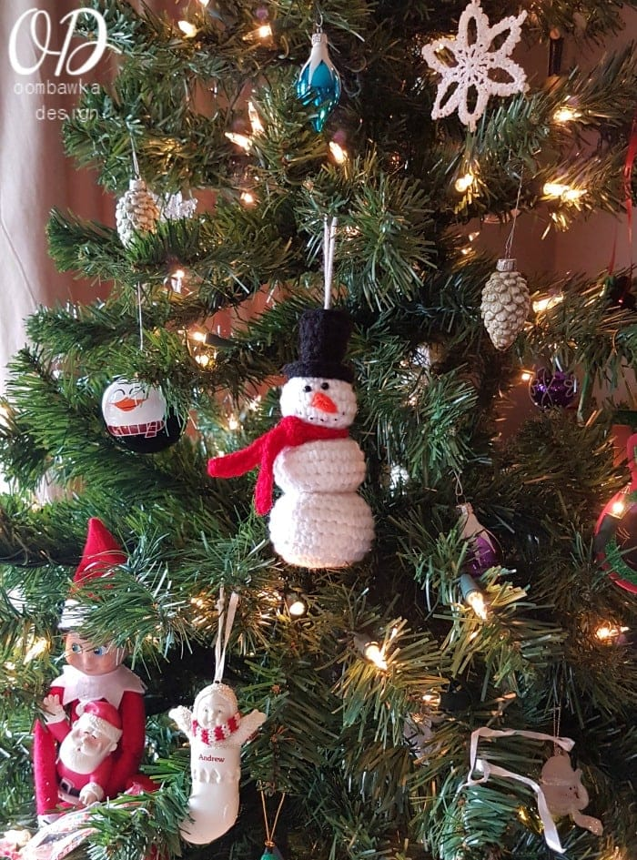 Little Crochet Snowman This simple project is crocheted with Red Heart Super Saver Yarn and a 4 mm (G) hook. Quick and Easy Holiday Crochet
