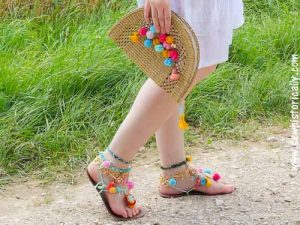 Featured at The Wednesday Link Party 229: DIY-Pom-Pom-Straw-Bag-Tutorial-5
