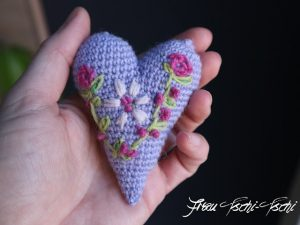 Wednesday Link Party 259 A Flat Crochet Heart Free Pattern - Frau Tschi-Tschi