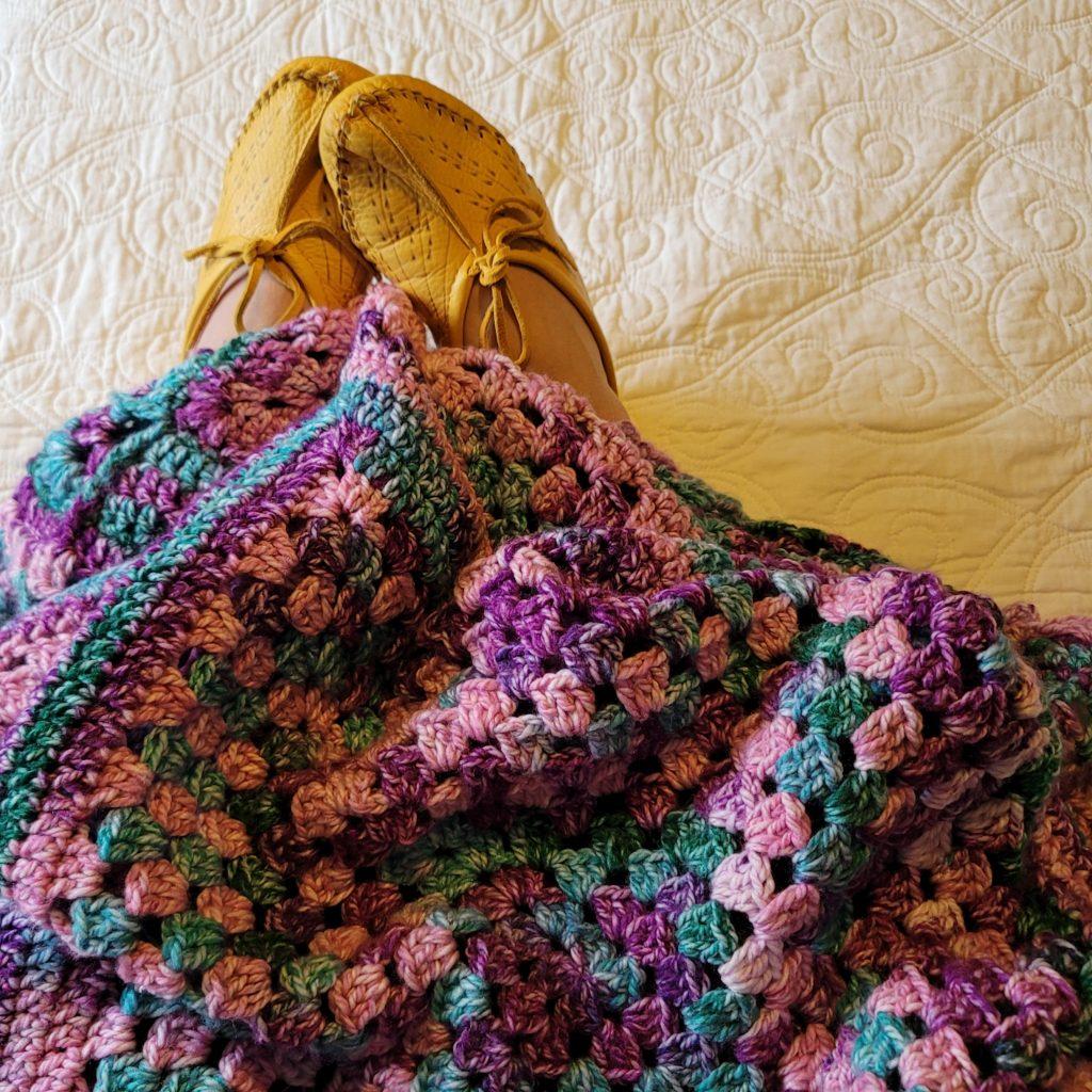 Looking Back Blanket - Free Crochet Pattern. Rhondda Mol.  Yarn: Hopscotch @redheartyarns @yarnspirations #afghanpattern #grannysquares #freepattern #crochet #crochetblanket #crochetafghan